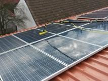 Čištění solárních panelů na střeše.
