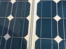 Solární panely před a po čištění.