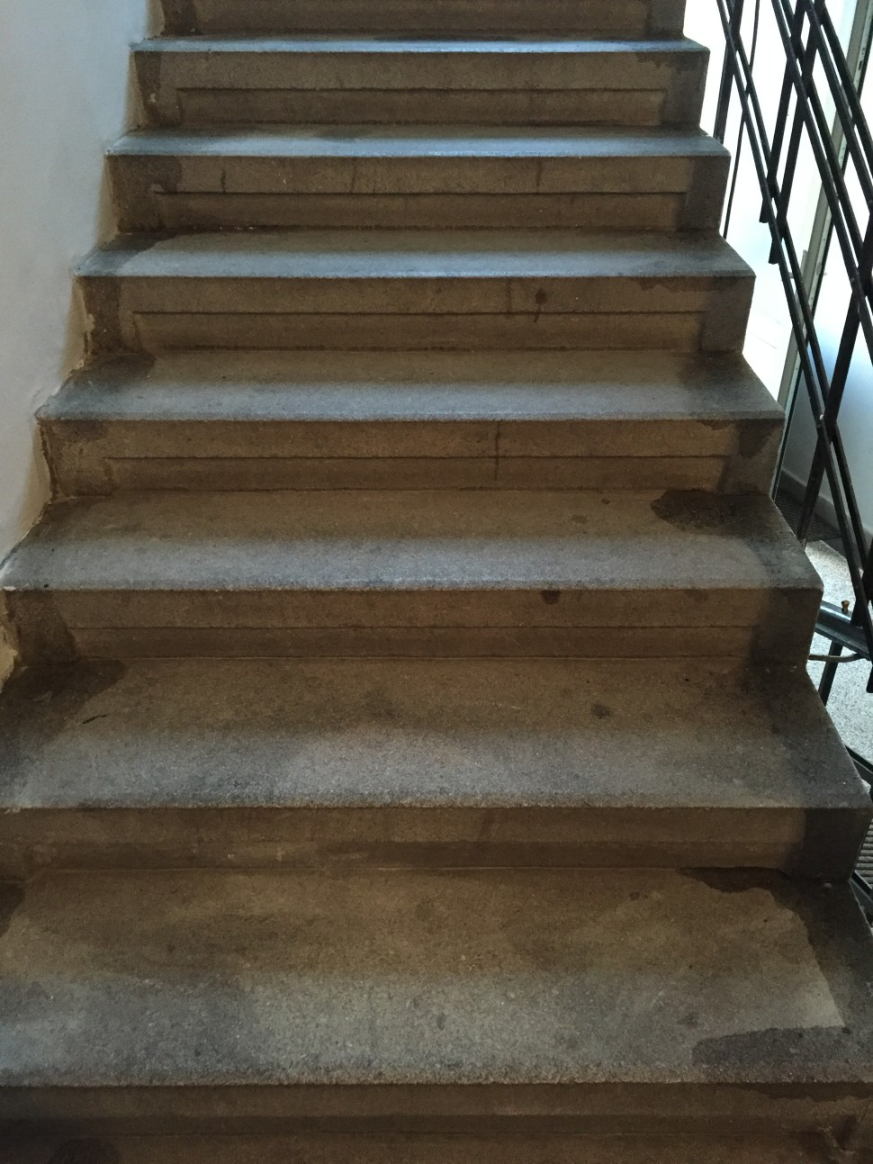 Čistění schodů před